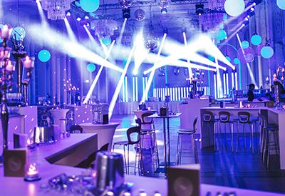 Professioneller Event DJ René Pera im Festsaal Flora/Köln zur Silvesterparty. Man sieht den mit vielen Movingheads ausgeleuchteten Raum.
