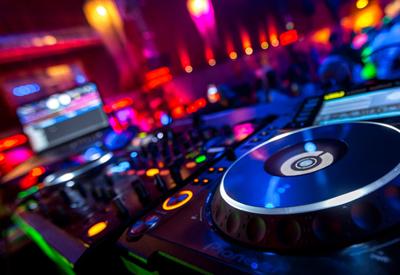 DJ René Pera bei der Aufnahme eines DJ-Audiomixes mit DJ-Equipment.