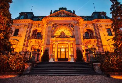 DJ René Pera bei einer Hochzeit in der Stella Rheni/Bonn. Man sieht die in amber beleuchtete Villa vom Park aus.