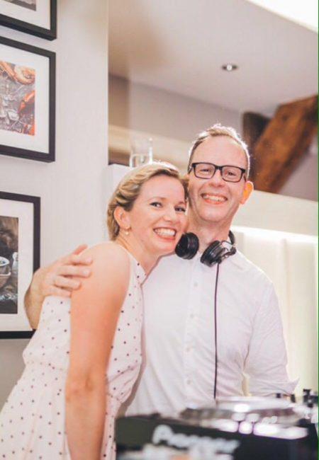 DJ René Pera mit einer Braut bei einer Hochzeitsfeier.