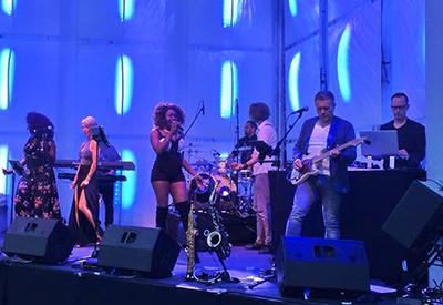 DJ René Pera plus Band auf der Bühne mit 8 Musikern.