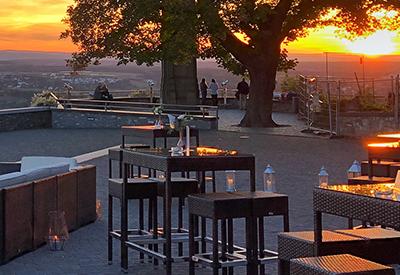 Blick von DJ René Pera vom DJ Pult bei einem Lounge-Event auf dem Drachenfels in den Sonnenuntergang.