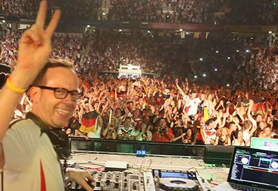 DJ René Pera am Mischpult in der König Pilsener Arena mit dem Blick auf 12.000 feiernden Menschen.