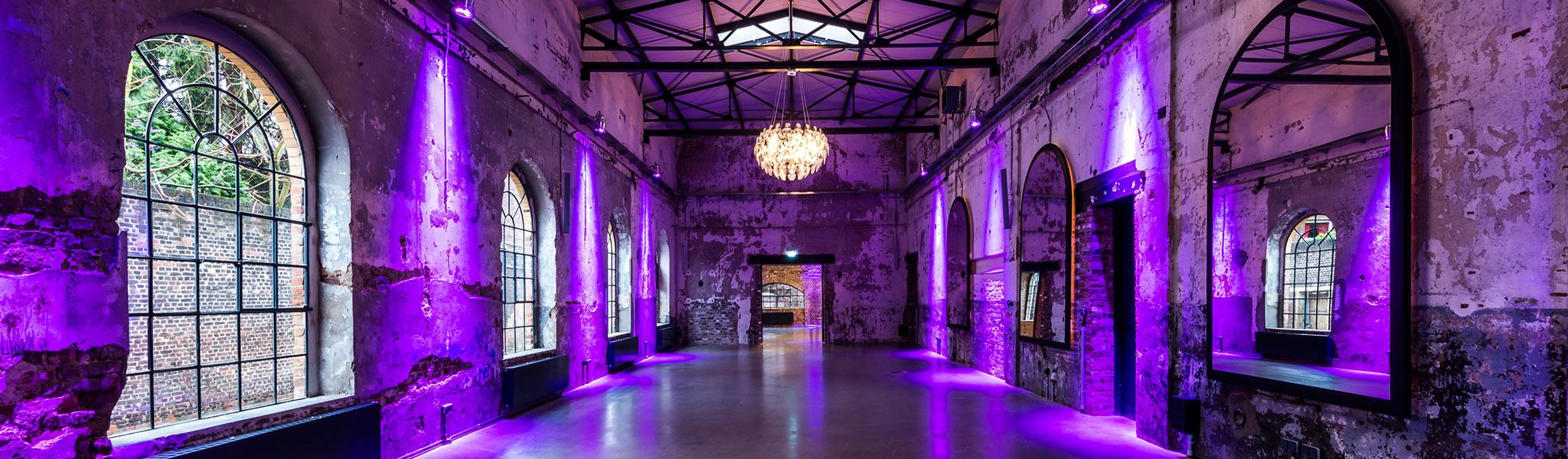 Professioneller Event DJ René Pera im leeren Harbour.Club/Köln. Der Raum erstrahlt in lila.