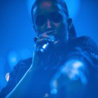 DJ René Pera mit der Sängerin Naomi Khimji Feld. Auf dem Bild ist Naomi vor blauem Hintergrund zu sehen.