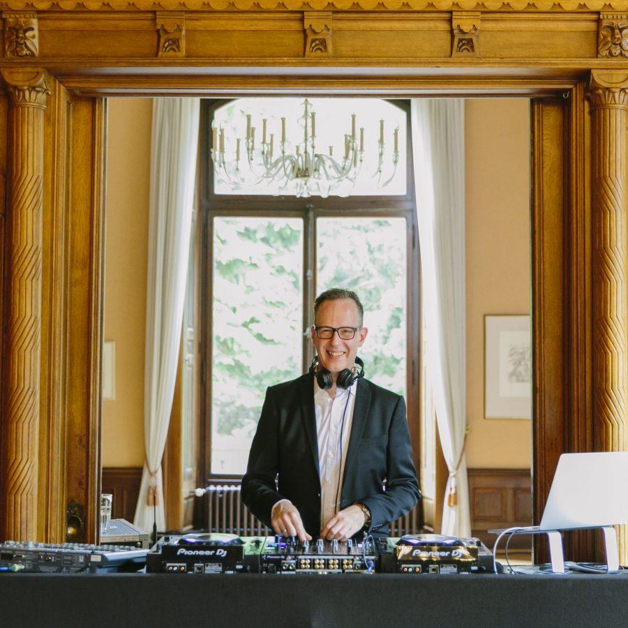 DJ René Pera am DJ-Pult bei einer Hochzeit in der Stella Rheni/Bonn